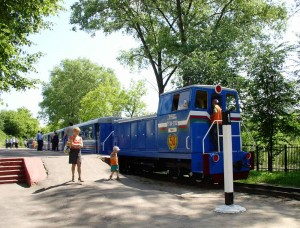 Train at Zaslonovo Station on the K.S. Zaslonov Dzitsyachaya Chyhunka (Children's Railroad) in Minsk. Photo by Hanna Zelenko via Wikimedia Commons