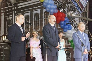 Lukashenko at the 2001 Slavianski Bazaar with then presidents Vladimir Putin of Russia (left) and Leonid Kuchma of Ukraine (right). Photo via the Russian President Press and Information Office (Wikimedia Commons)