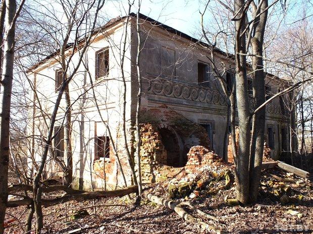 Old manor house in Velikaya Lipa, Belarus