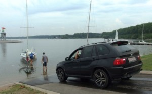 Getting the boat into the water. Photo via ej.by