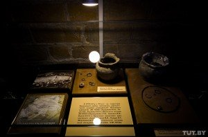 Bronze rings and pottery of the 12th century