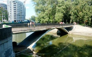 Bridge across the Svislach into Gorky Park. Family Club is close by. Photo by Vikientsyklyapedyst via Wikimedia Commons