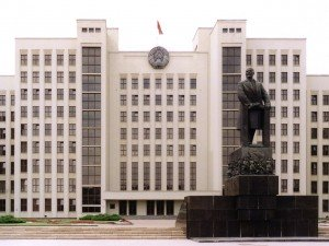 1280px-Belarus-Minsk-House_of_Government_and_Vladimir_Lenin_Monument_(perspective_corrected)